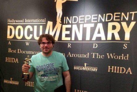 غنوم يتسلم جائزته في هوليوود عن فيلمه قمر في السكايب